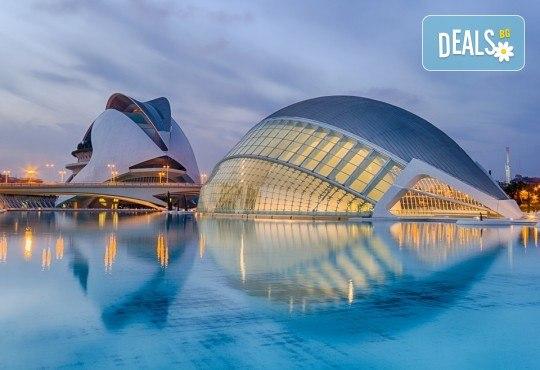 Предколеден уикенд във Валенсия, Испания! 3 нощувки със закуски в хотел 2* или 3*, самолетен билет и багаж - Снимка 1