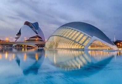 Предколеден уикенд във Валенсия, Испания! 3 нощувки със закуски в хотел 2* или 3*, самолетен билет и багаж - Снимка