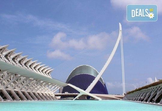 Предколеден уикенд във Валенсия, Испания! 3 нощувки със закуски в хотел 2* или 3*, самолетен билет и багаж - Снимка 2