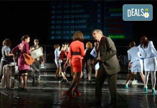 Снежна буря, блокирано летище, какво се случва? Гледайте звездите на Младежкия театър в Летище на 12.10. от 19 ч., един билет - Снимка 2
