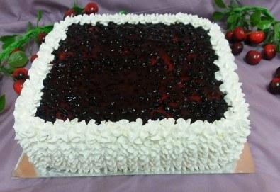 Голяма квадратна плодова торта с боровинки, ягоди или череши от сладкарница Черешка - Снимка