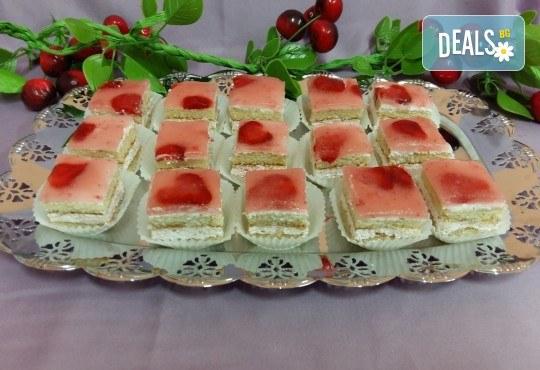 Вкусни моменти за вашето парти с 45 броя сладки петифури - малки тортички от сладкарница Черешка - Снимка 1