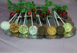 26 броя вкусни малки кейк поп - кексчета на клечка от сладкарница Черешка - Снимка