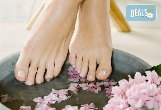 Перфектни крачета! Медицински или класически педикюр + масаж на ходилата, лак O.P.I. и ДВЕ декорации в Студио Верина до Mall of Sofia! - Снимка 2