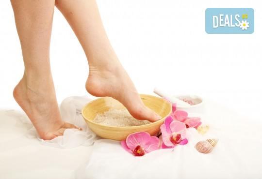 Перфектни крачета! Медицински или класически педикюр + масаж на ходилата, лак O.P.I. и ДВЕ декорации в Студио Верина до Mall of Sofia! - Снимка 1