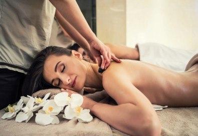 С аромат на шоколад! Класически, релаксиращ или болкоуспокояващ масаж на гръб за двама, терапия Hot stone и зонотерапия на ръце и длани в Chocolate studio! - Снимка