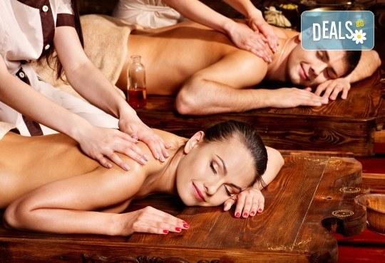 С аромат на шоколад! Класически, релаксиращ или болкоуспокояващ масаж на гръб за двама, терапия Hot stone и зонотерапия на ръце и длани в Chocolate studio! - Снимка 2