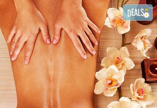 Релаксирайте с 40-минутен лечебен масаж на гръб с топли билкови торбички, етерично масло от лайка, мента или жен шен и зонотерапия в Chocolate studio! - Снимка 2