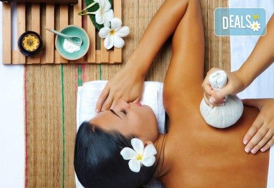 Лечебен масаж на гръб с топли билкови торбички и зонотерапия в Chocolate Studio