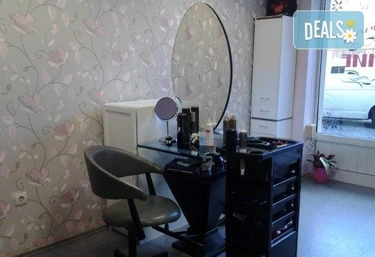 Нов цвят, нова прическа! Боядисване с боя на клиента, подстригване и оформяне със сешоар от салон за красота Сияние - Снимка 8
