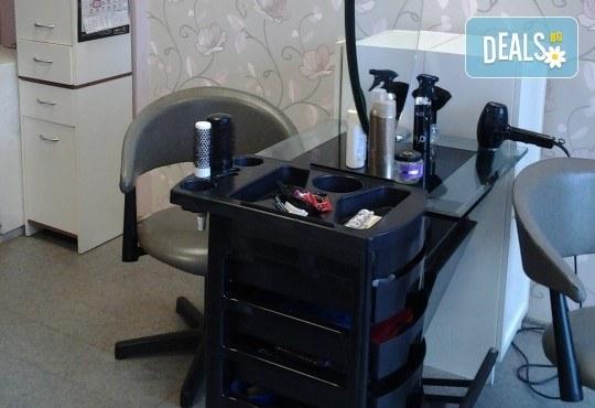 Нов цвят, нова прическа! Боядисване с боя на клиента, подстригване и оформяне със сешоар от салон за красота Сияние - Снимка 6