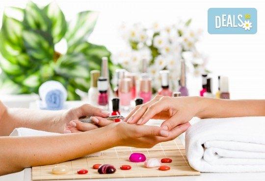 Нежна грижа в студените дни! Парафинова терапия за ръце и масаж с масажна свещ в салон за красота Сиемпре Белла - Снимка 1