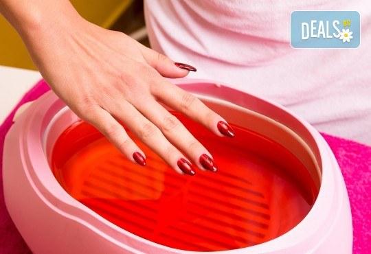 Нежна грижа в студените дни! Парафинова терапия за ръце и масаж с масажна свещ в салон за красота Сиемпре Белла - Снимка 2