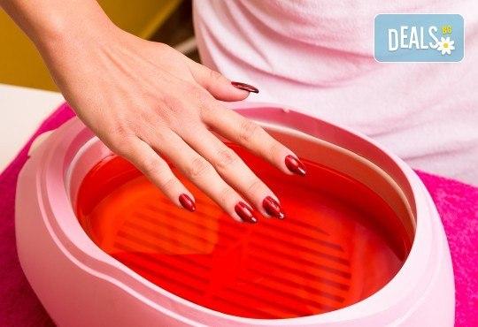 Цялостна грижа за Вашите ръце! Маникюр с гел лак, декорации и парафинова терапия с масаж в салон за красота Сиемпре Белла - Снимка 3