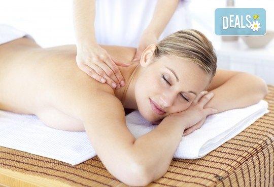 40-минутен лечебен и детоксикиращ масаж с мед на гръб, кръст, раменен пояс и глава от професионален рехабилитатор в козметичен център DR.LAURANNE! - Снимка 2