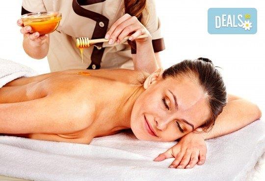 40-минутен лечебен и детоксикиращ масаж с мед на гръб, кръст, раменен пояс и глава от професионален рехабилитатор в козметичен център DR.LAURANNE! - Снимка 1