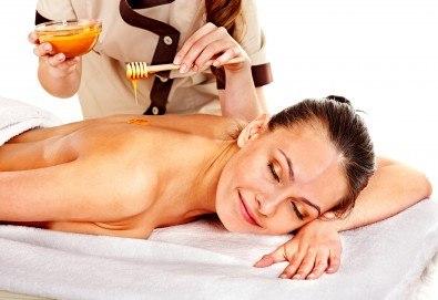 40-минутен лечебен и детоксикиращ масаж с мед на гръб, кръст, раменен пояс и глава от професионален рехабилитатор в козметичен център DR.LAURANNE! - Снимка