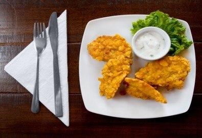 Апетитно! Хрупкави пилешки филенца със сусам и млечно-чеснов сос и чаша бяло или червено по избор в Бистро Папи - Снимка