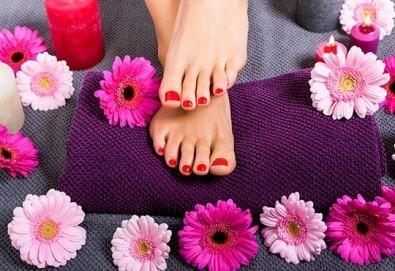 Педикюр с гел лак BlueSky + масаж на ходилата и ДВЕ рисувани декорации в Студио за красота РАДОСТ! - Снимка