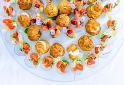 За Вашето събитие! 120 броя разнообразни солени бонбони, гризини с прошуто и сос и мини еклери с гъши пастет от Густос Кетъринг! - Снимка