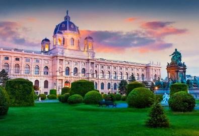 Усетете магията на Коледа във Виена и Будапеща! 3 нощувки и закуски в хотели 2/3*, панорамен тур във Виена, транспорт и водач - Снимка