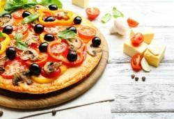 2 малки тънки пици по избор: Капричоза, Калцоне, Поло, Хавай, Прошуто или друга от Ресторанти Златна круша! - Снимка