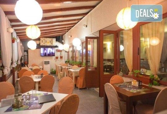 Обяд или вечеря в Ресторанти Златна круша! Две големи тънки пици или три малки тънки пици - Снимка 5