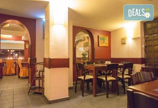 Обяд или вечеря в Ресторанти Златна круша! Две големи тънки пици или три малки тънки пици - Снимка 8