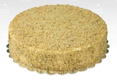 Поглезете себе си и семейството си с торта Меден йогурт с медни блатове, йогурт и боровинки + кутия от Сладка София! - Снимка