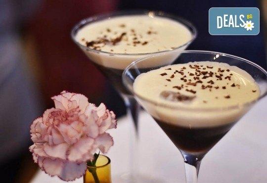 Изкусително предложение за двама! Вземете 2 алкохолни коктейла по избор от Obsession Club - Снимка 1