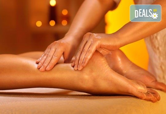 Релакс в борова инфраред сауна! Процедура сауна с билки, билков чай, релакс зона, болкоуспокояващ масаж на цяло тяло с масло от мурсалски чай, зонотерапия и топло билково килимче в Senses Massage & Recreation! - Снимка 3