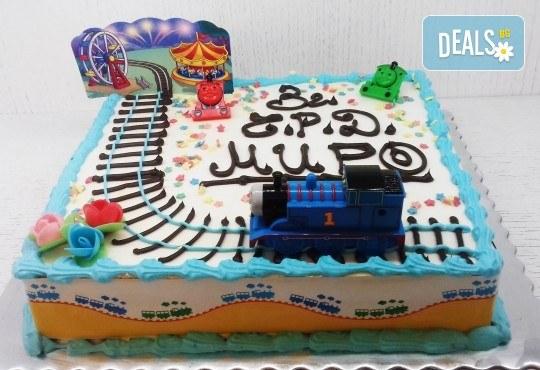 Детска торта с декорация Влакчето Томас! От пандишпан, ванилов и шоколадов мус, безплатен надпис и кутия, 16 или 20 парчета, от сладкарница Сладост! - Снимка 1