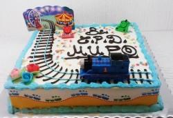 Детска торта с декорация Влакчето Томас! От пандишпан, ванилов и шоколадов мус, безплатен надпис и кутия, 16 или 20 парчета, от сладкарница Сладост! - Снимка