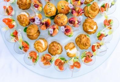 Опитайте 120 броя хапки с пуешко филе и топено сирене, маслинов пастет и лимон, еклери с мус рокфорд от Топ Кет Кетъринг - Снимка