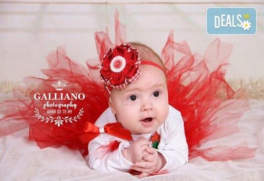 Идеалният подарък за празника! Професионална коледна фотосесия за бебета с 35 обработени кадъра от GALLIANO PHOTHOGRAPHY - Снимка 1