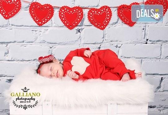 Идеалният подарък за празника! Професионална коледна фотосесия за бебета с 35 обработени кадъра от GALLIANO PHOTHOGRAPHY - Снимка 2