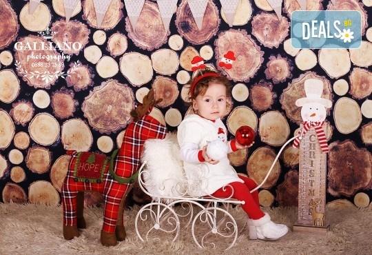 Идеалният подарък за празника! Професионална коледна фотосесия за бебета с 35 обработени кадъра от GALLIANO PHOTHOGRAPHY - Снимка 15