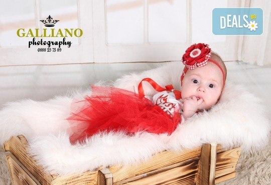 Идеалният подарък за празника! Професионална коледна фотосесия за бебета с 35 обработени кадъра от GALLIANO PHOTHOGRAPHY - Снимка 16