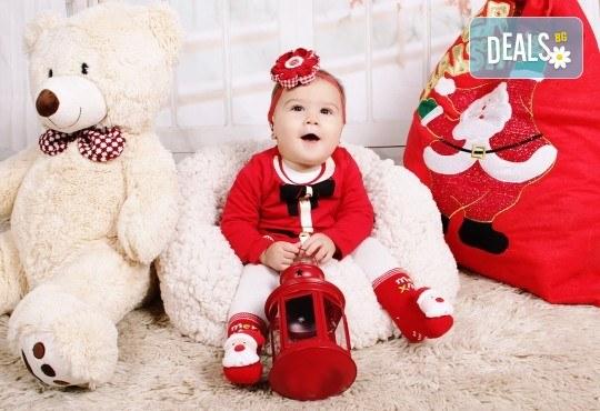 Идеалният подарък за празника! Професионална коледна фотосесия за бебета с 35 обработени кадъра от GALLIANO PHOTHOGRAPHY - Снимка 17