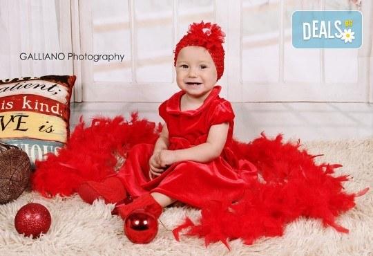 Идеалният подарък за празника! Професионална коледна фотосесия за бебета с 35 обработени кадъра от GALLIANO PHOTHOGRAPHY - Снимка 3