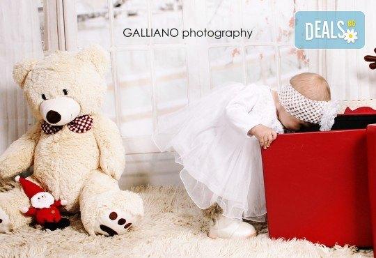 Идеалният подарък за празника! Професионална коледна фотосесия за бебета с 35 обработени кадъра от GALLIANO PHOTHOGRAPHY - Снимка 18