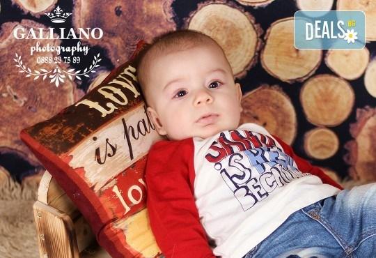 Идеалният подарък за празника! Професионална коледна фотосесия за бебета с 35 обработени кадъра от GALLIANO PHOTHOGRAPHY - Снимка 9