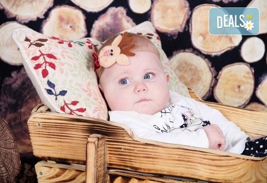 Идеалният подарък за празника! Професионална коледна фотосесия за бебета с 35 обработени кадъра от GALLIANO PHOTHOGRAPHY - Снимка 13