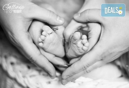 Професионална фотосесия за бебета в студио с 35 обработени кадъра с красиви декори и аксесоари от GALLIANO PHOTHOGRAPHY! - Снимка 7