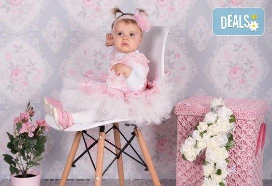 Професионална фотосесия за бебета в студио с 35 обработени кадъра с красиви декори и аксесоари от GALLIANO PHOTHOGRAPHY! - Снимка 8
