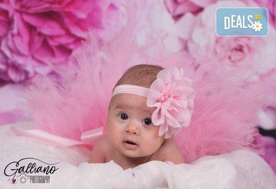Професионална фотосесия за бебета в студио с 35 обработени кадъра с красиви декори и аксесоари от GALLIANO PHOTHOGRAPHY! - Снимка 5