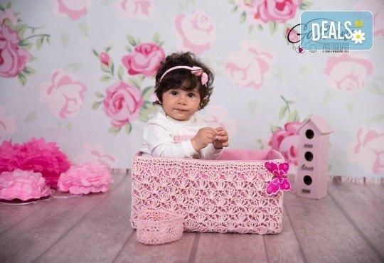 Професионална фотосесия за бебета в студио с 35 обработени кадъра с красиви декори и аксесоари от GALLIANO PHOTHOGRAPHY! - Снимка 9