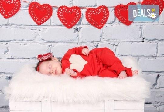 Професионална фотосесия за бебета в студио с 35 обработени кадъра с красиви декори и аксесоари от GALLIANO PHOTHOGRAPHY! - Снимка 11