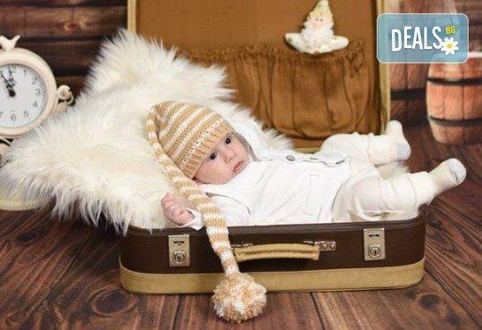 Професионална фотосесия за бебета в студио с 35 обработени кадъра с красиви декори и аксесоари от GALLIANO PHOTHOGRAPHY! - Снимка 4