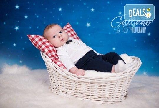 Професионална фотосесия за бебета в студио с 35 обработени кадъра с красиви декори и аксесоари от GALLIANO PHOTHOGRAPHY! - Снимка 13
